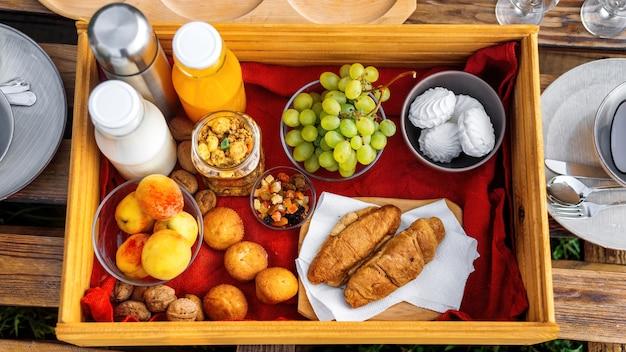 Widok z góry stołu pełnego jedzenia i napojów w glampingu