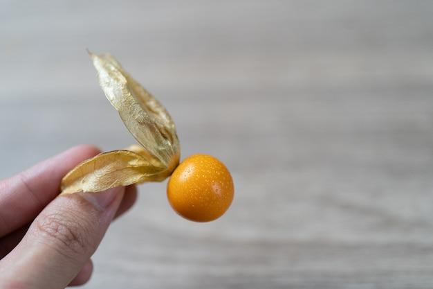 Widok z góry stos owoców agrestu peleryna w dłoni.