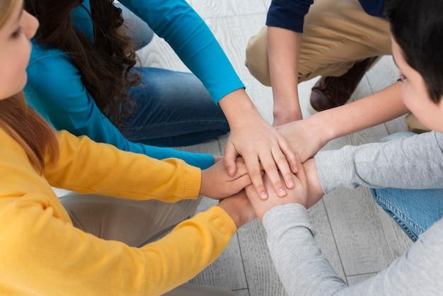 Widok z góry stos rąk dzieci
