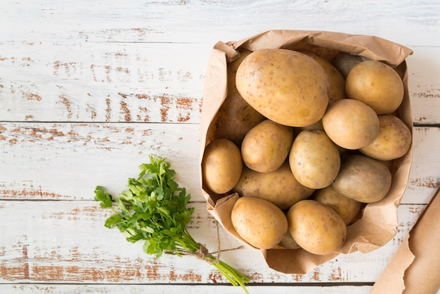 Widok z góry stos ziemniaków w papierowej torbie