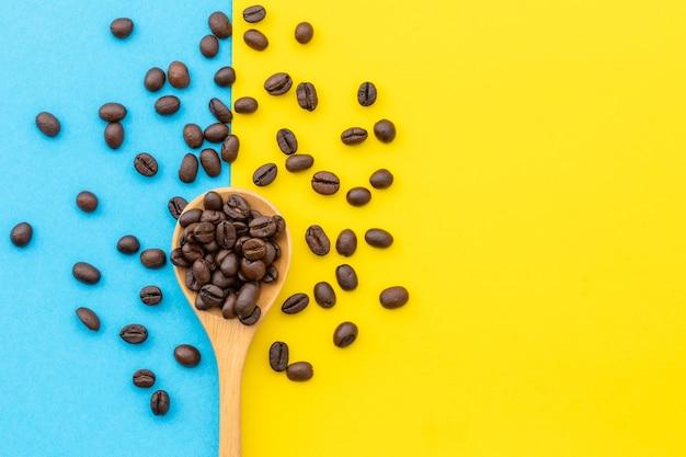 Widok z góry stosu ziarna kawy. koncepcja kawy i żywności