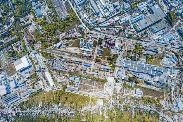 Widok z góry strefy przemysłowej: garaże, magazyny, pojemniki do przechowywania towarów.