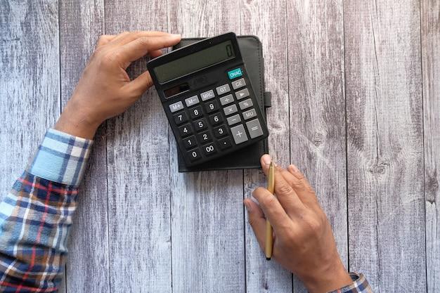 Widok z góry strony człowieka za pomocą kalkulatora
