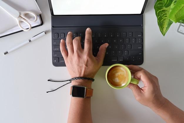Widok z góry strony freelance za pomocą tabletu na biurku miejsca pracy.