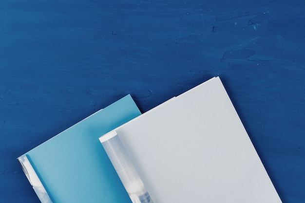 Widok z góry strony otwartego magazynu z miejsca kopiowania na klasycznym niebieskim stole