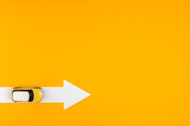 Widok z góry strzałka trasy do celu samochodu