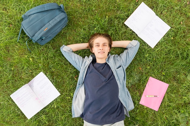Widok z góry student chętnie wróci na uniwersytet