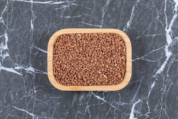 Widok z góry surowa kasza gryczana. bezglutenowe pradawne ziarno dla zdrowej diety.