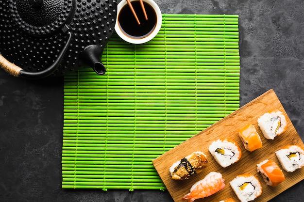 Widok z góry sushi poszycia na maty bambusowe