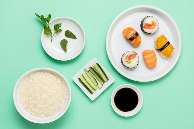 Widok z góry sushi z sosem sojowym