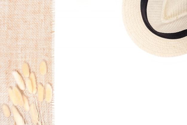 Widok z góry suszonych kwiatów bukiet umieszczony na worek i słomkowy kapelusz.