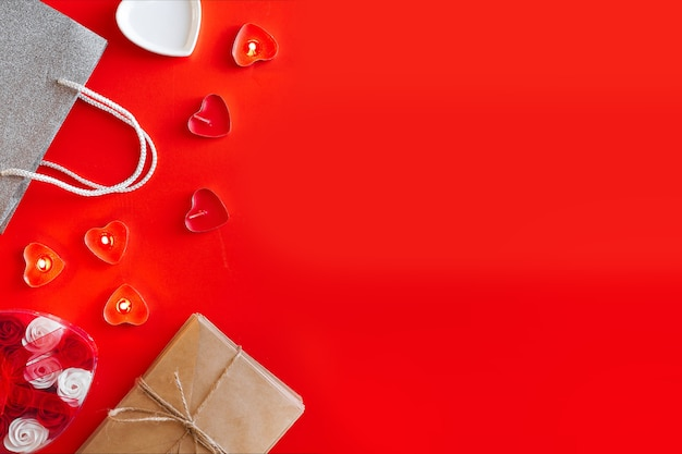 Widok z góry - świąteczna czerwień na walentynki. koncepcja przygotowania do wakacji i pakowania prezentów.
