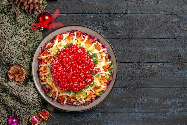 Widok z góry świąteczna potrawa świąteczna potrawa i widelec z olejem i świerkowymi gałęziami z zabawkami na choinkę