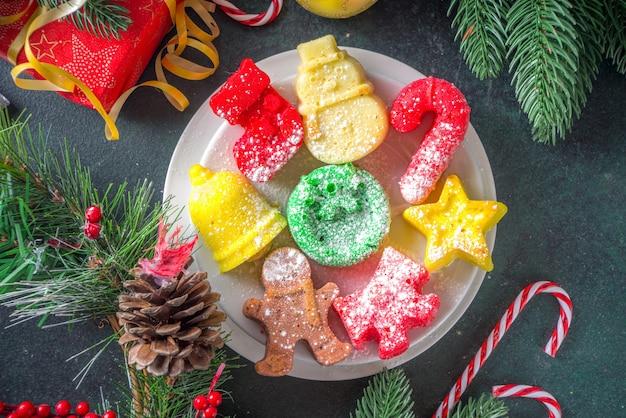 Widok z góry świąteczne ciasteczka na stole