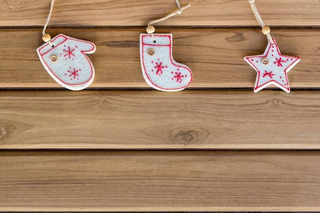 Widok z góry świąteczne dekoracje na tle drewna