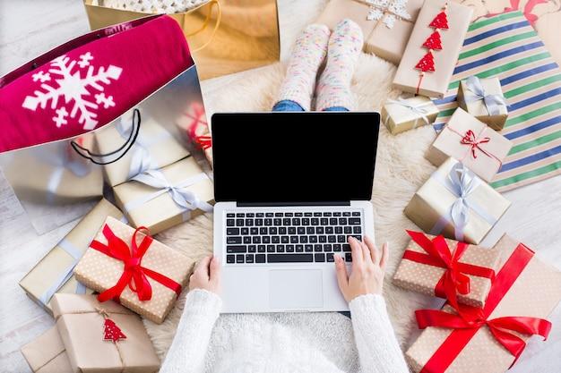 Widok z góry świąteczne zakupy online
