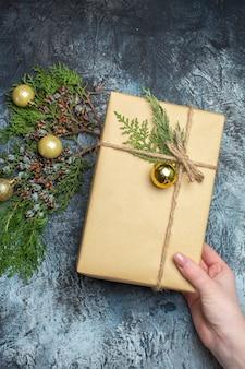 Widok z góry świąteczny prezent z zabawkami na jasno-ciemnym świątecznym kolorze prezentu na nowy rok wakacje