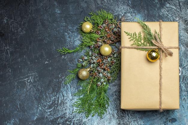 Widok z góry świąteczny prezent z zabawkami na jasno-ciemnym świątecznym prezencie świąteczny kolor nowy rok wolne miejsce