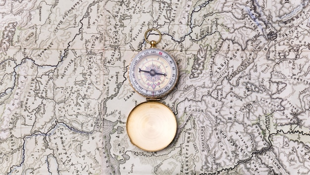 Widok z góry światowy dzień turystyki z kompasem