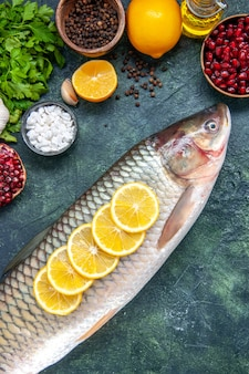 Widok z góry świeża ryba z plasterkami cytryny na stole kuchennym