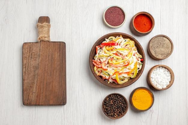 Widok z góry świeża sałatka z kurczaka z przyprawami na białym biurku przekąska posiłek mięso świeża sałatka