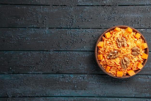 Widok z góry świeża sałatka z marchwi tarta sałatka z orzechami włoskimi i czosnkiem na ciemnej podłodze dieta zdrowotna dojrzała kolorowa sałatka