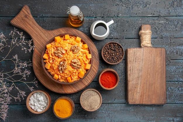 Widok z góry świeża sałatka z marchwi tarta sałatka z orzechami włoskimi i przyprawami na ciemnym biurku orzechowa dieta kolorowa sałatka zdrowotna