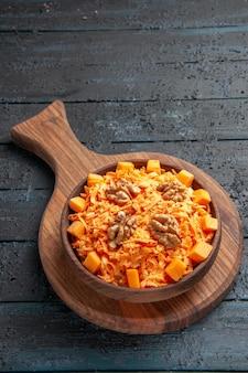 Widok z góry świeża sałatka z marchwi tarta sałatka z orzechami włoskimi na ciemnej podłodze sałatka kolor orzechów dieta zdrowotna