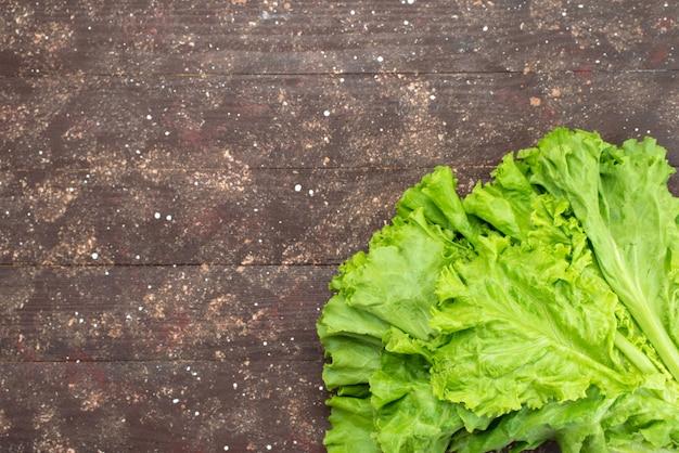 Widok z góry świeża zielona sałatka na brązowo
