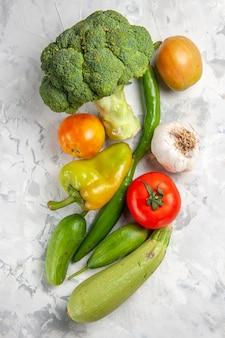 Widok z góry świeże brokuły z warzywami na białym stole sałatka dojrzała dieta zdrowotna
