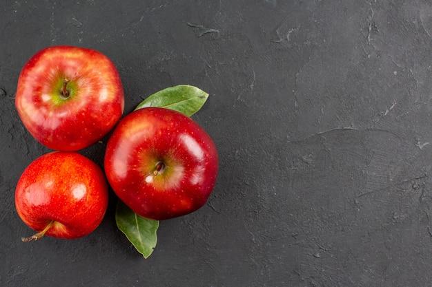 Widok z góry świeże czerwone jabłka dojrzałe owoce na szarym stole drzewo dojrzałe owoce łagodne świeże