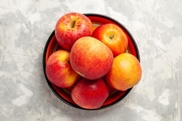 Widok z góry świeże czerwone jabłka łagodne owoce na białej powierzchni
