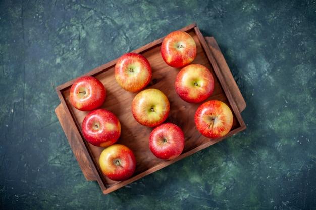 Widok z góry świeże czerwone jabłka na ciemnym tle kolor owoce zdrowie drzewo gruszka lato łagodny dojrzały