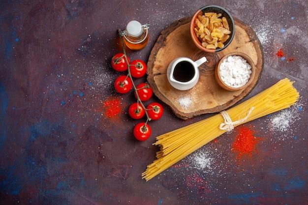 Widok z góry świeże czerwone pomidory na ciemnym tle sałatka posiłek zdrowej żywności