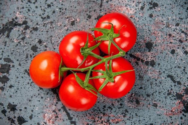 Widok z góry świeże czerwone pomidory na jasnej powierzchni kolor żywności świeży posiłek dojrzałe warzywa obiad sałatka