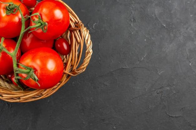 Widok z góry świeże czerwone pomidory w koszyku