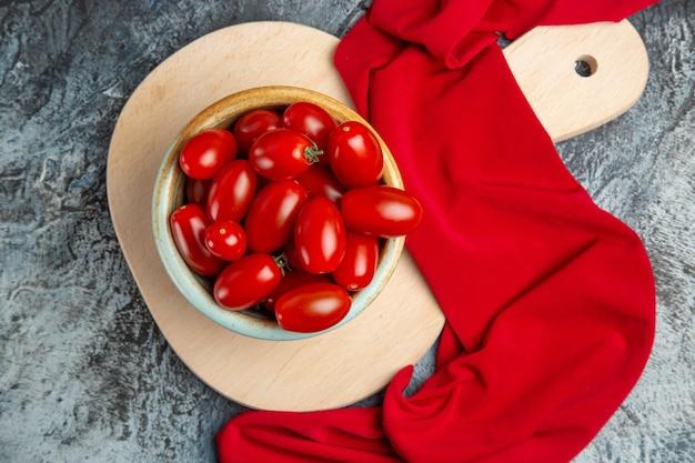 Widok z góry świeże czerwone pomidory wewnątrz płyty
