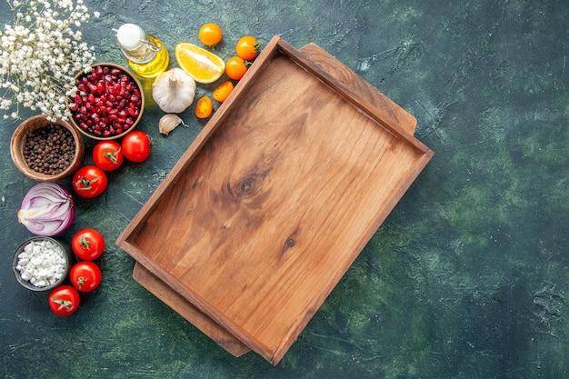 Widok z góry świeże czerwone pomidory z drewnianym biurkiem na ciemnym tle zdrowy posiłek sałatka jedzenie kolor zdjęcie dieta wolne miejsce