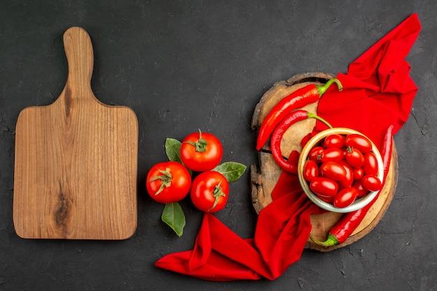 Widok z góry świeże czerwone pomidory z ostrą papryką