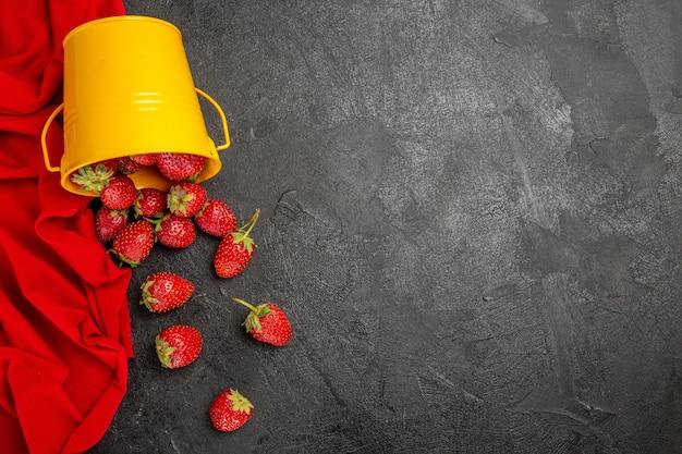 Widok z góry świeże czerwone truskawki na ciemnym stole owoce jagodowe dojrzałe