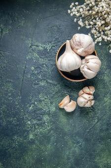 Widok z góry świeże czosnek na ciemnoszarej powierzchni roślina warzywna kwaśna przyprawa zielenina spożywcza pieprz