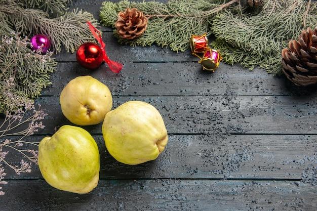Widok z góry świeże dojrzałe pigwy kwaśne owoce na ciemnoniebieskim rustykalnym biurku świeża roślina dojrzałe owoce drzewa