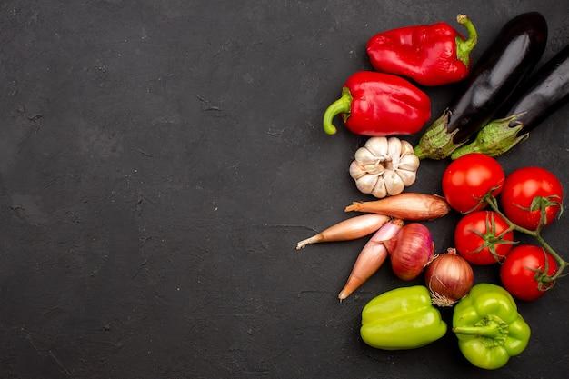 Widok z góry świeże dojrzałe warzywa na szarym tle sałatka posiłek żywność zdrowie warzyw dojrzałe