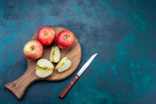 Widok z góry świeże jabłka łagodne i soczyste na ciemnym tle owoce świeży łagodny kolor