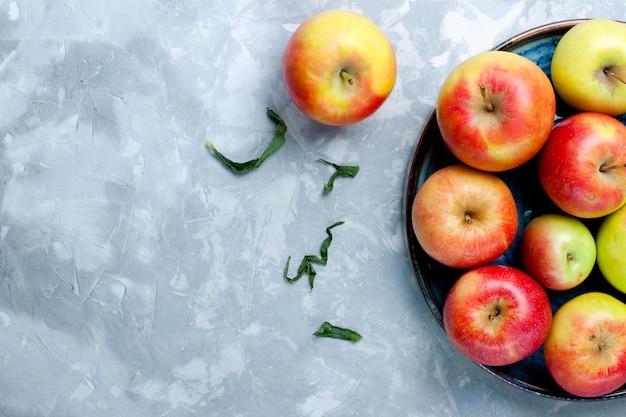 Widok z góry świeże jabłka na jasnej powierzchni