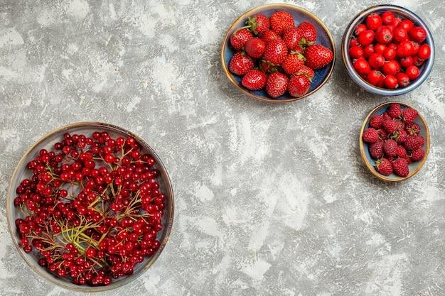 Widok z góry świeże jagody wewnątrz talerze na białym tle