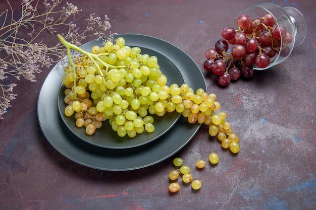 Widok z góry świeże, łagodne winogrona zielone winogrona na ciemnej powierzchni wino świeży winogrono roślina owocowa dojrzała