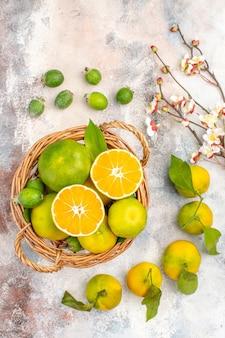 Widok z góry świeże mandarynki w wiklinowym koszu mandarynki feykhoas na nagim tle