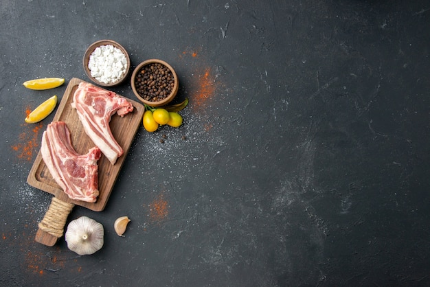 Widok z góry świeże mięso żeberka surowe mięso na ciemnym grillu danie zwierzęce jedzenie jedzenie gotowanie mięsa