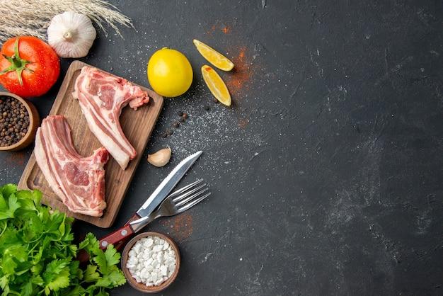 Widok z góry świeże mięso żeberka surowe mięso z zieleniną na ciemnym jedzeniu grill zwierzę danie jedzenie posiłek gotowanie mięso wolne miejsce
